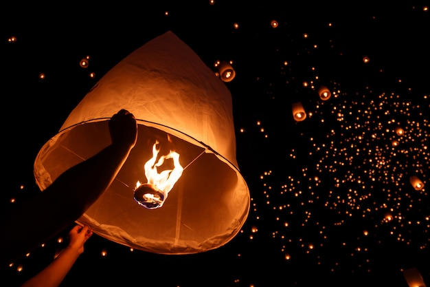 Lanterne céleste flottante dans le nouvel an traditionnel du nord de la thaïlande