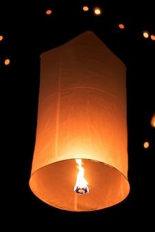 Lanterne de ciel flottant dans le nouvel an traditionnel thaïlandais, festival yi peng
