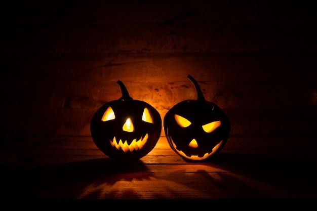 Lanterne citrouille d'halloween sur fond sombre