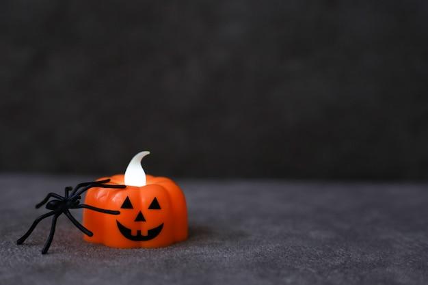 Lanterne citrouille orange avec araignée noire sur fond marron. place pour le texte. concept d'halloween