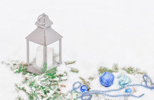 Lanterne dans la neige. lanterne à noël
