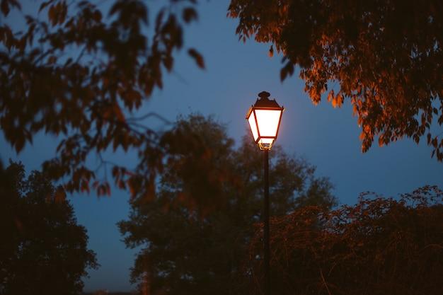 Lanterne éclairée sur un ciel bleu foncé