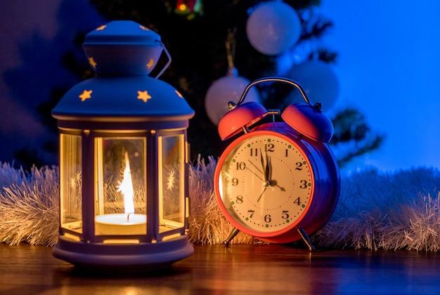 Lanterne et horloge sous le sapin de noël à la veille du nouvel an_