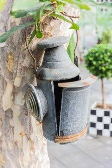 Lanterne à huile ancienne dans le jardin.
