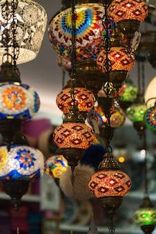 Lanterne islamique traditionnelle sur un magasin d'un vieux marché arabe