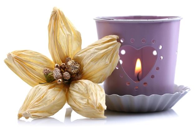 Lanterne métallique décorative et fleur artificielle, isolée sur blanc
