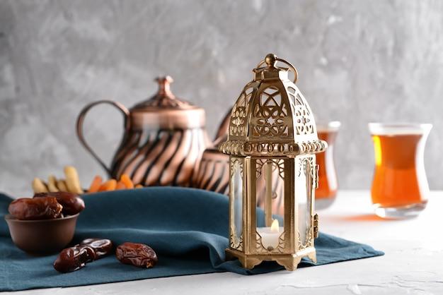 Lanterne musulmane avec dattes séchées sur table