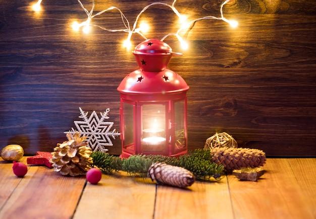 Lanterne de noël avec des décorations sur table en bois