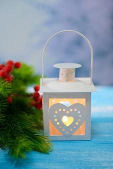 Lanterne de noël, sapin et décorations sur fond clair