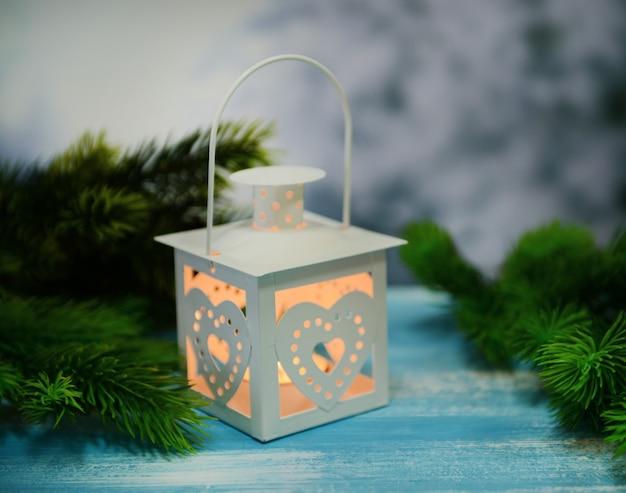 Lanterne de noël, sapin et décorations sur fond sombre