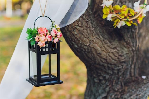Lanterne noire avec des fleurs