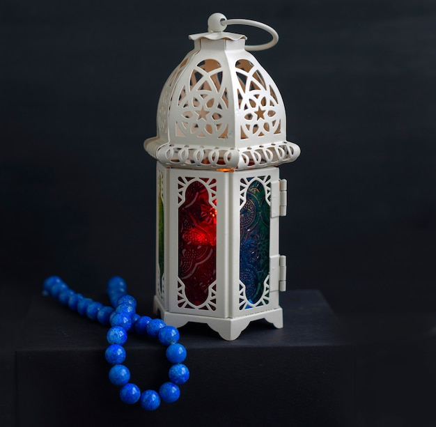 Lanterne orientale avec bougie et chapelet