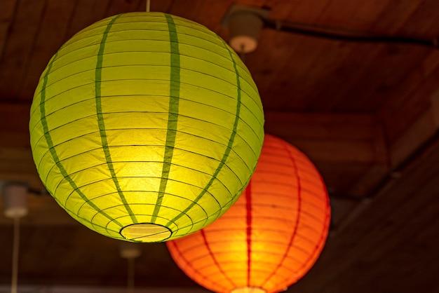 Lanterne en papier de couleur