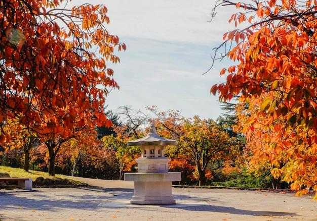 Lanterne en pierre en automne