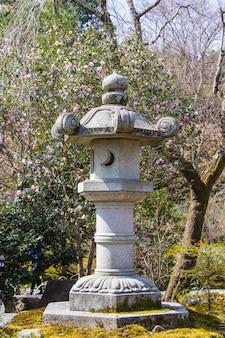 Lanterne en pierre dans le jardin botanique zen japonais tenryuji sogenchi.