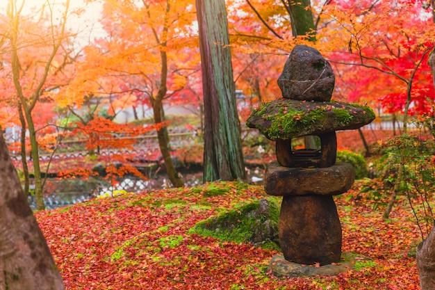 Lanterne de pierre japonaise traditionnelle toro dans le magnifique parc red maple