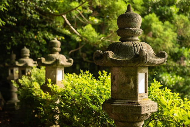 Lanterne en pierre traditionnelle dans le jardin du temple japonais.