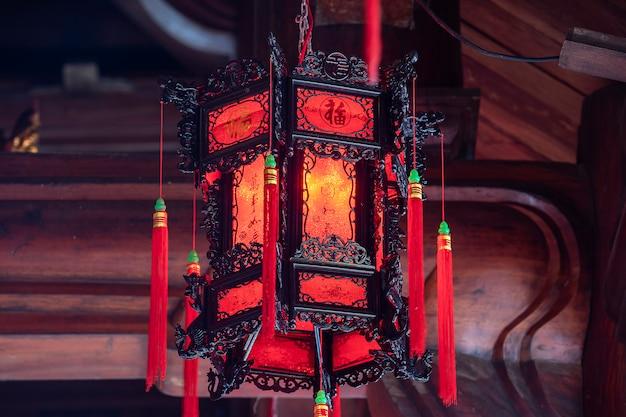 Lanterne rouge chinoise dans un temple bouddhiste près de la ville de danang, vietnam