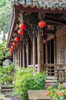 Lanterne rouge chinoise sur le festival du nouvel an chinois dans la rue à danang, vietnam