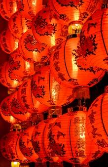 Lanterne rouge chinoise illuminée la nuit