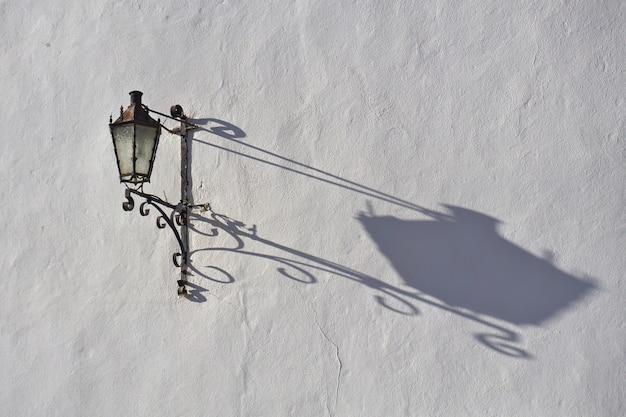 Lanterne de rue en fer forgé dans la vieille ville, ronda, province de malaga, andalousie, espagne.