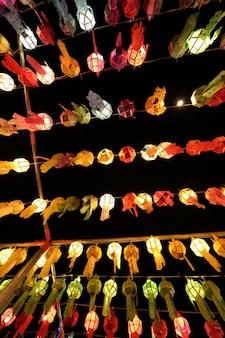 Lanterne thaïlandaise colorée sur le ciel