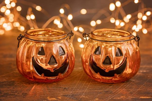 Lanterne en verre jack tête citrouille halloween. décoration halloween sur fond de table en bois, mise au point sélective - image