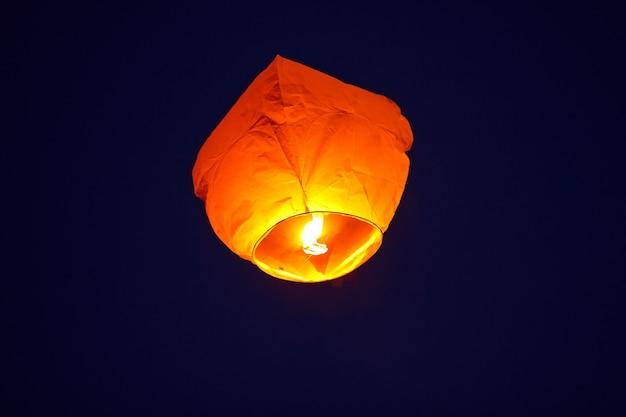 Lanterne volante dans le ciel sombre