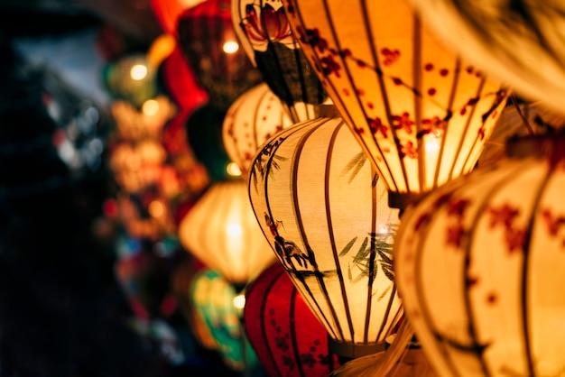 Lanternes colorées à la main sur la rue du marché de la vieille ville de hoi an, site classé au patrimoine mondial de l'unesco au vietnam.