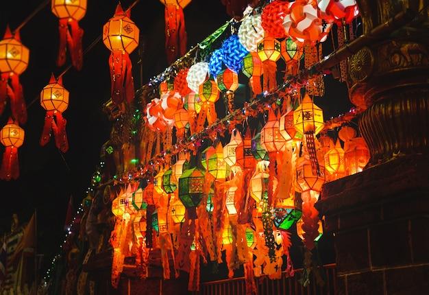 Lanternes de festival loy krathong en thaïlande lieu public pendant la nuit.