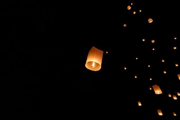 Lanternes flottantes dans le ciel nocturne