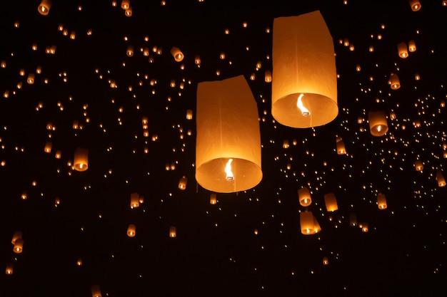 Lanternes flottantes touristiques au festival loy krathong, chiang mai, thaïlande.
