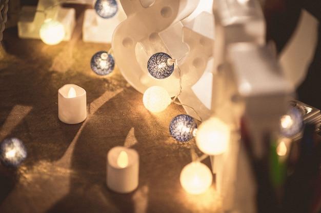 Lanternes de forme ronde et bougies de sol vintage pour les célébrations vintage ambiance heureuse