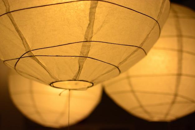 Lanternes en papier jaune sur le fond sombre