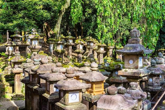 Lanternes en pierre au sanctuaire tamukeyama hachimangu à nara, japon