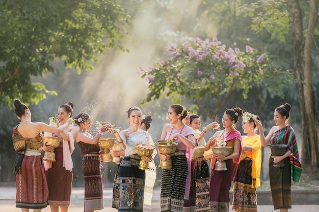 Laos filles éclaboussant l'eau pendant le festival songkran festival