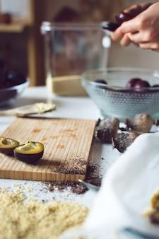 Lapidation des prunes pour la cuisson