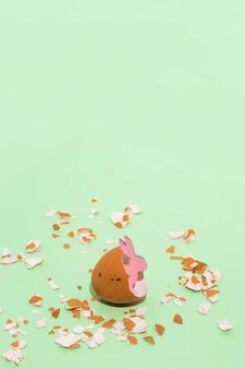 Lapin en bois rose dans un oeuf cassé