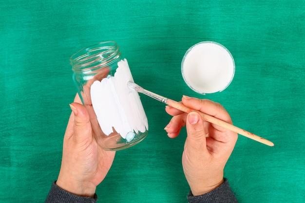 Lapin de bricolage vase de pâques de bocal en verre, feutre, yeux écarquillés sur fond vert