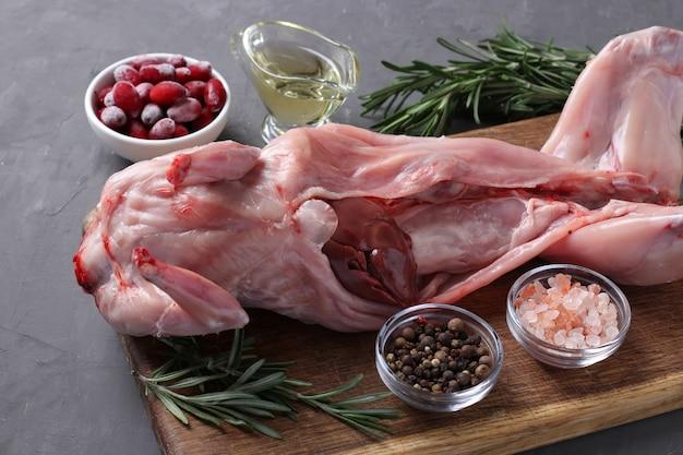 Lapin cru frais à l'huile d'olive, romarin, poivrons, sel de mer et cerises de cornaline