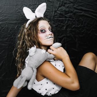 Lapin effrayant avec un lapin faisant du visage drôle