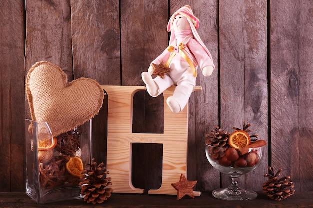 Lapin jouet avec lettre sur une surface en bois