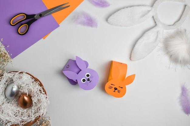 Lapin en papier bricolage pour pâques. instructions étape par étape. vue de dessus. étape 4 le lapin est prêt.