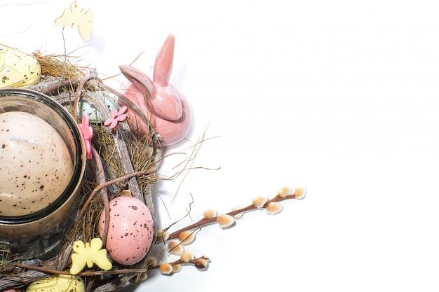 Lapin de pâques et chandelier décoré en forme de nid avec oeufs de caille
