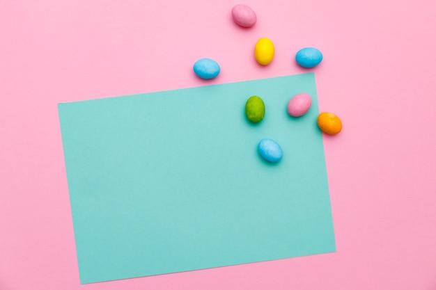 Lapin de pâques. joyeuses pâques vacances fond concept.flat lapin coloré oeuf avec accessoire à la célébration sur papier pastel rose rustique moderne au bureau à domicile.