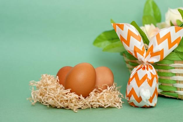 Lapin de pâques en papier et un œuf sur fond vert. fond de pâques.