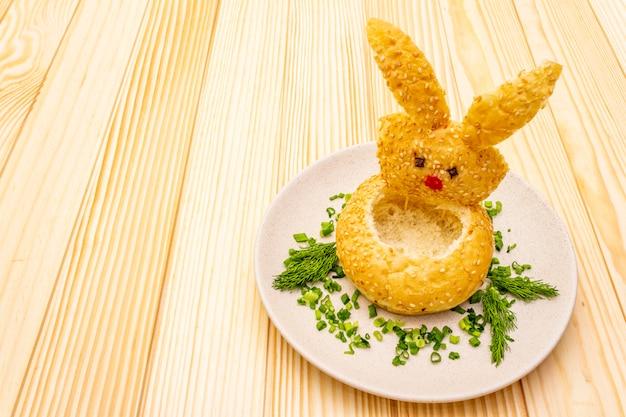 Lapin de pâques avec soupe chaude à la crème de citrouille aux herbes et graines de citrouille