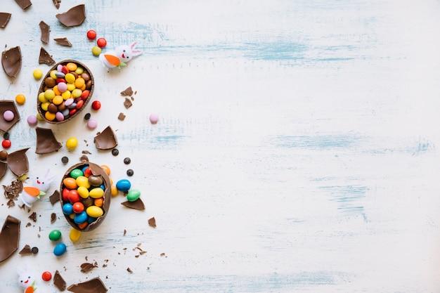 Lapins mignons près de bonbons de pâques