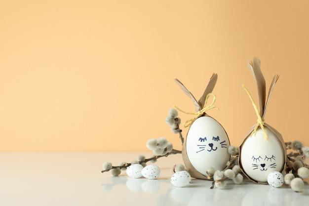 Lapins de pâques faits d'œufs, d'œufs de caille et de chatons