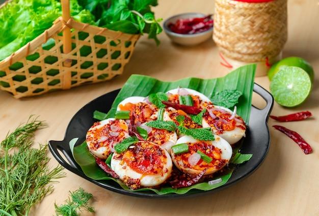 Larb d'oeuf dur - plat d'oeuf avec l'assaisonnement épicé thaïlandais